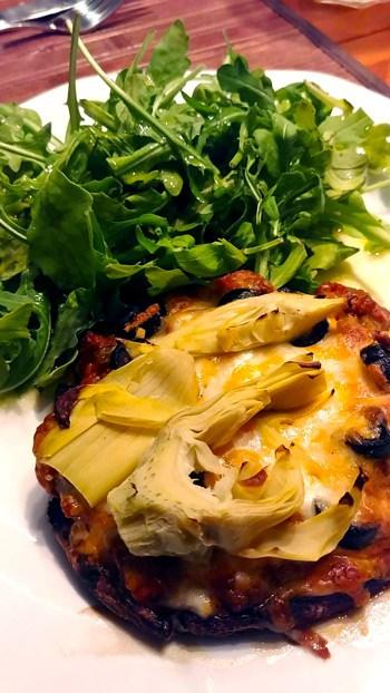 pizza cétogène avec artichaut et salade roquette