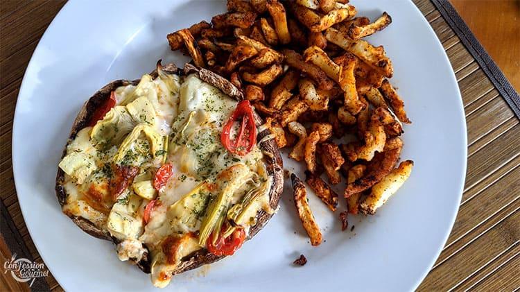 Pizza cétogène avec artichauts, tomates cerise et fromage sans lactose