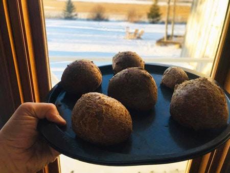 Assiette de pain cétogène présenté en 6 miches