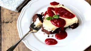 Une bouchée sur la fourchette du gâteau au fromage et chocolat