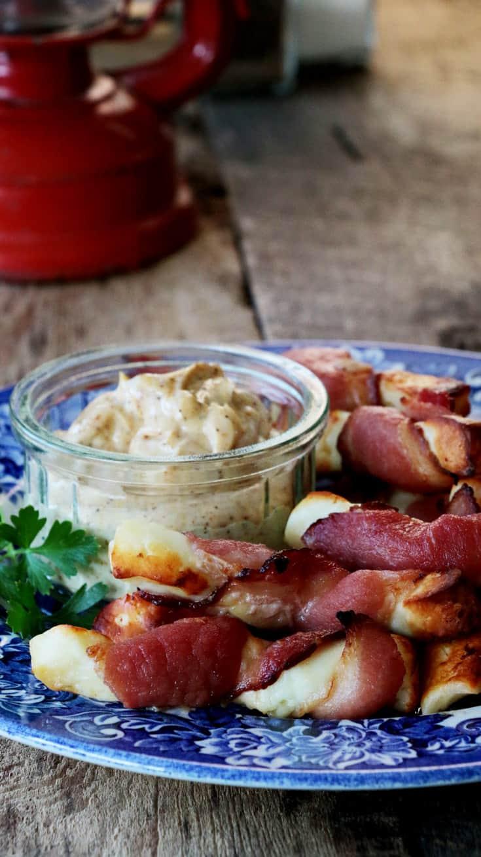Photo verticale de l'assiette bleue avec les collations de bacon et halloumi grillé