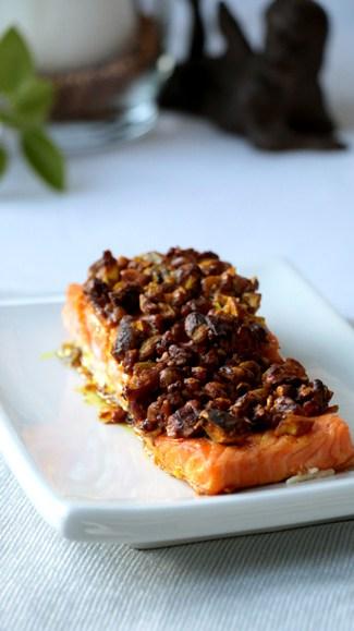Saumon en croûte de noix sur assiette blanche vue de face