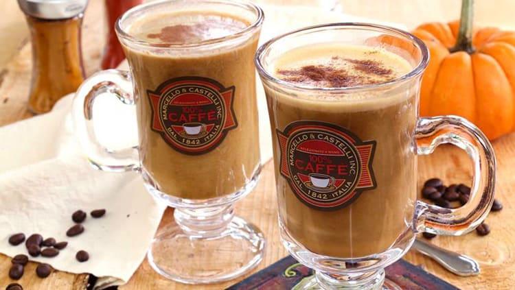 Café latte aux épices pour tarte à la citrouille dans 2 tasses