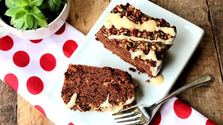 Gâteau à la citrouille et chocolat avec fourchette sur assiette blanche