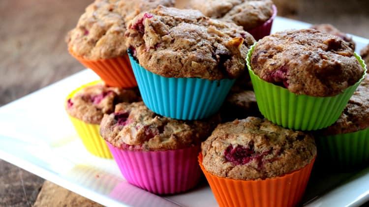 Assiette de la recette de muffins sans gluten et santé aux canneberges sur planche de bois