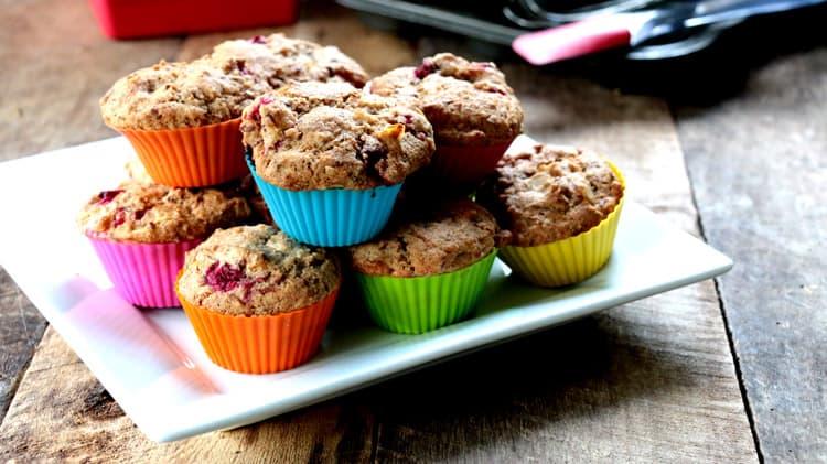 Muffins sans gluten aux canneberges dans des moules en silicone colorés