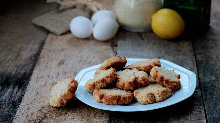 Assiette blanche de biscuits moelleux au citron sur planche de bois