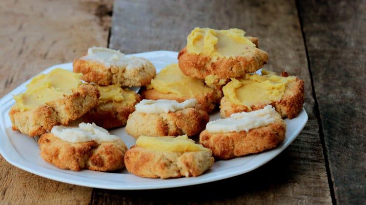 Assiette de biscuits sans sucre avec crèmage jaune et blanc