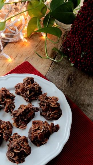 Vue de haut des biscuits cétogènes sur une assiette blanche, napperon rouge avec lumière et plante verte