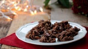 Assiette de biscuits sans cuisson au choco sur napperon rouge