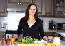 Johanne Gilbert de la Confession du gourmet dans sa cuisine, blog cétogène