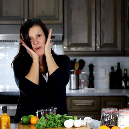 Johanne Gilbert dans sa cuisine de recettes cétogènes