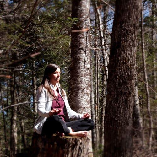 Johanne Gilbert en méditation dans la forêt