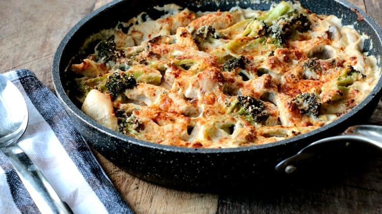 Recette de casserole de poulet sur planche de bois avec linge de table et grosse cuillère de service