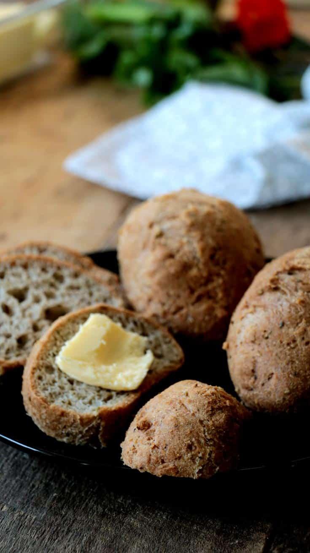 pain cétogène sur assiette noire et planche de bois