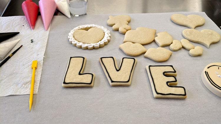 Début de l'application du glacage sur certains biscuits pour la st-valentin