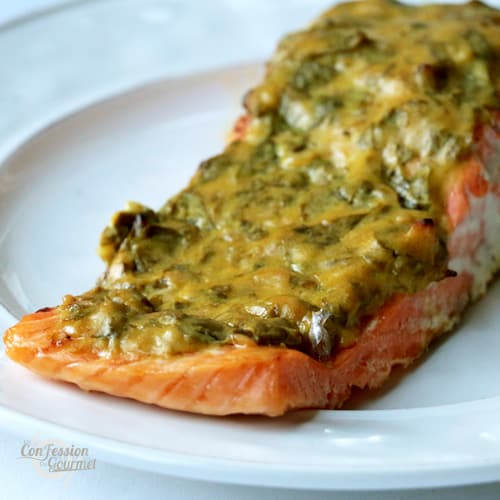Vue de près du filet de saumon recouvert de la garniture à la moutarde, basilic et ail