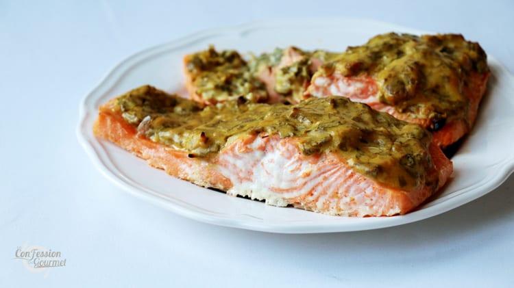 Présentation du filet de saumon sur assiette blanche et fond blanc