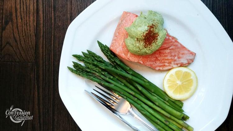 Filet de saumon garni de sauce à l'avocat avec asperges et citron