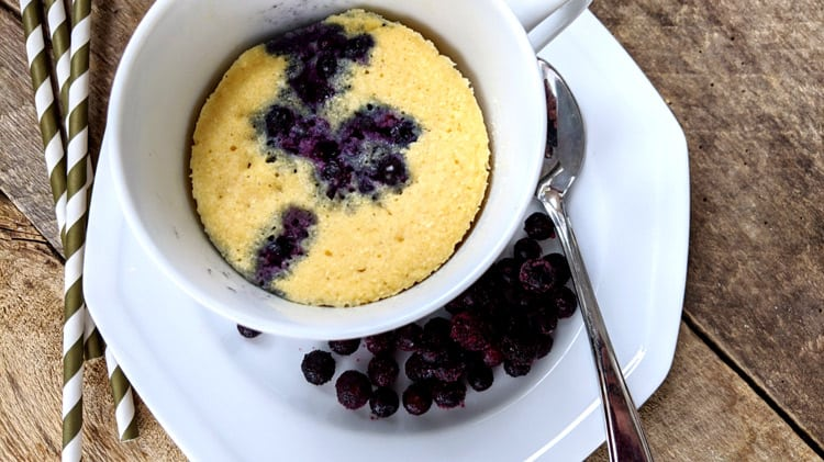 Lien menant vers la recette de gâteau vanille et bleuets dans une tasse