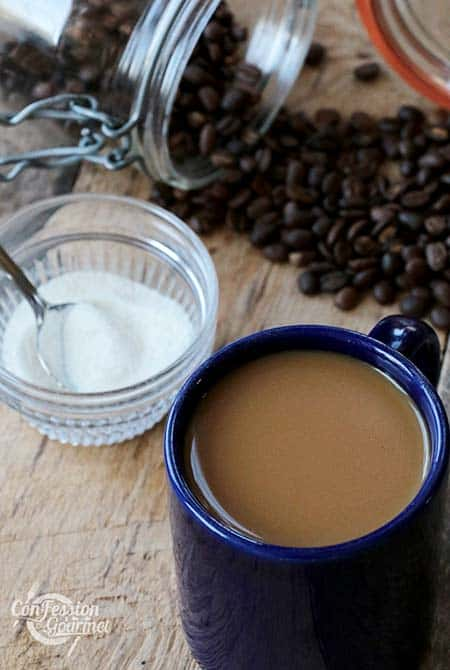 Tasse de café avec pot de collagène en poudre et grains de café en arrière-plan