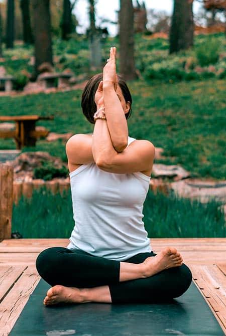 femme en position de yoga compliquée pour les articulations douloureuses