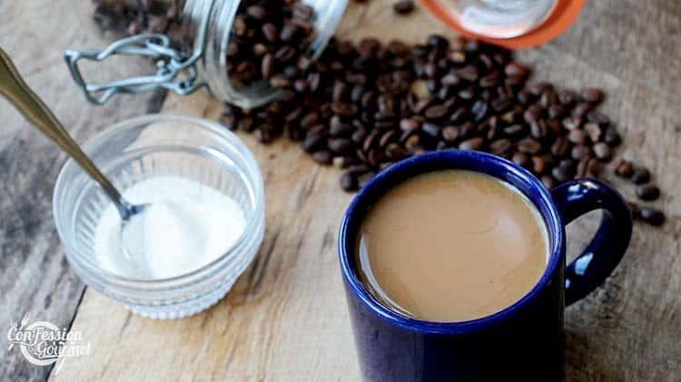 Tasse de café bleu avec pot de collagène en poudre sur planche de bois