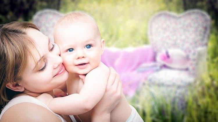 Bébé tenue par sa mère, les deux ayant une belle peau hydratée