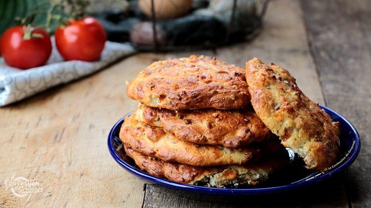 Assiette bleue avec des biscuits salés empilés sur planche de bois