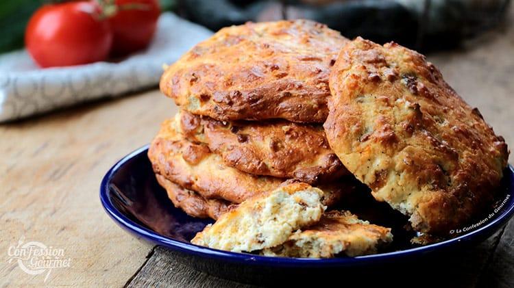 Deux morceaux de biscuits salés dans l'assiette bleue contenant les autres biscuits pour le petit déjeuner