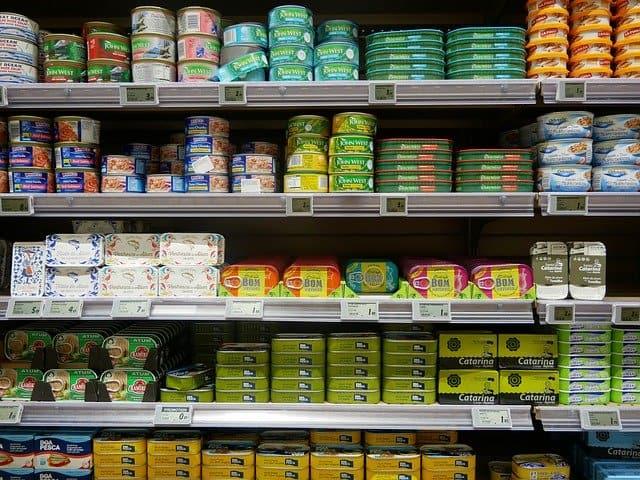 Tablettes de supermarché remplies de conserves de poissons de toutes sortes