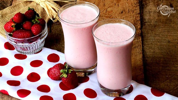 2 verres de smoothie maison aux fraises sur du tissu blanc à gros pois rouge et des fraises