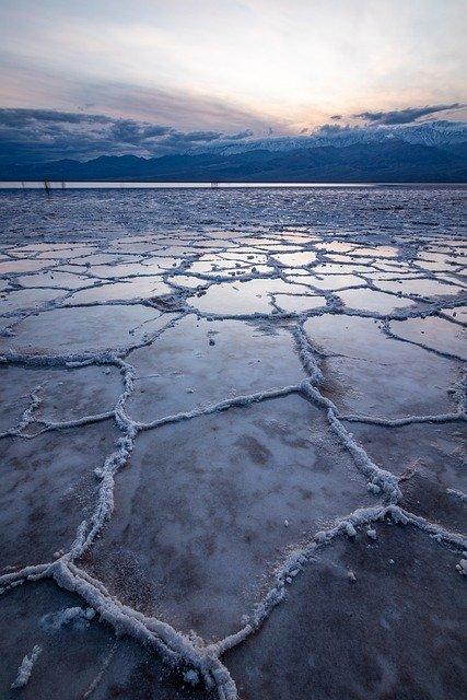 Désert de sel avec reflet du ciel dans les flaques d'eau salées