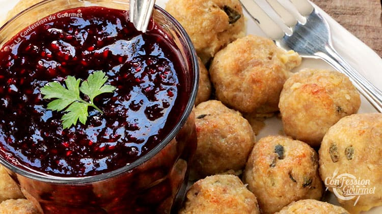 Assiette de boulettes de dinde et pot de sauce framboise et balsamique