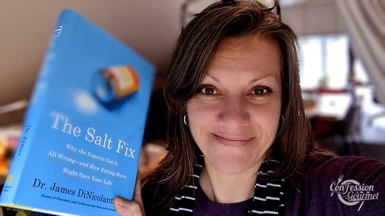 Johanne Gilbert tenant dans sa main le livre The Salt Fix