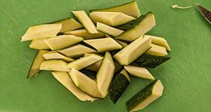 Quartiers de zucchinis coupés en tronçons, de biais