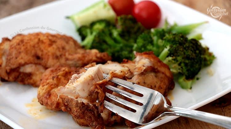 Fourchette tenant un morceau de poulet croustillant au four