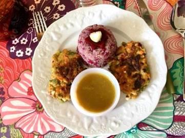 Assiette de galettes de légumes cuisinée par Michèle avec mini bol d'une sauce maison