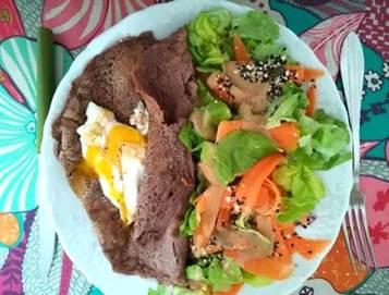 Salade, crêpes de sarrasin et oeuf coulant par Michèle qui a combiné arthrose et alimentation
