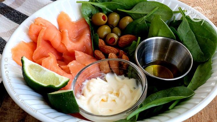 Bol de salade de saumon fumé, épinards, olives, amandes, lime et mayonnaise maison