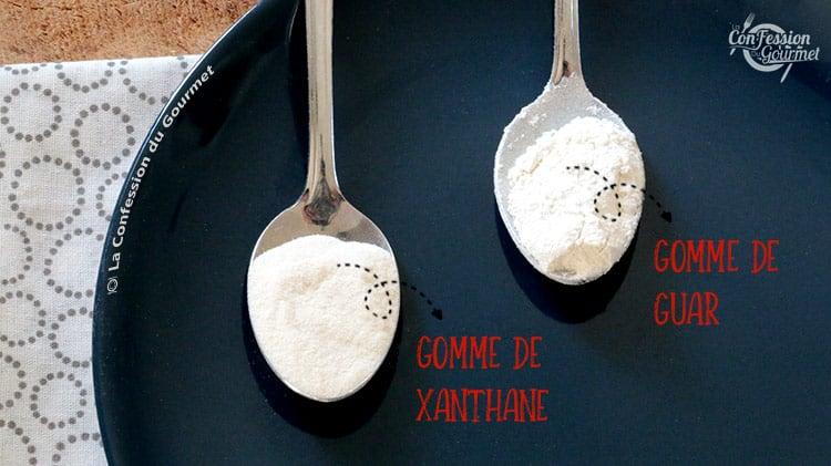Cuillères contenant de la gomme de xanthane dans l'une, et de la gomme de guar dans l'autre