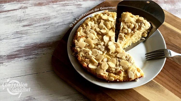 Gâteau au citron sans gluten sur assiette blanche avec pointe découpée sur planche de bois