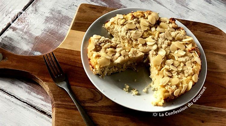 Gâteau au citron sans gluten sur assiette blanche avec fourchette
