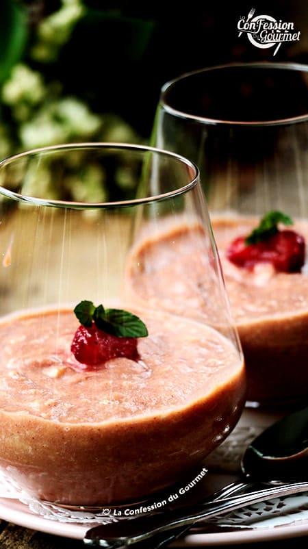 Vue de près d'un verre de mousse de rhubarbe rouge et de fraises