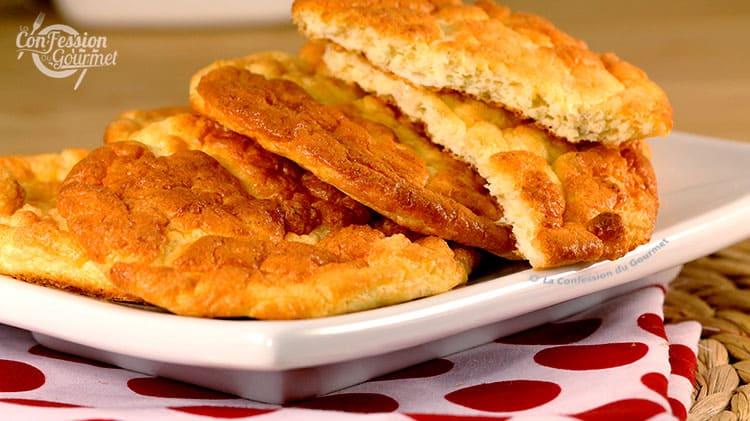 Une tranche de pain sans glucide séparé en deux pour démontrer la texture aérée