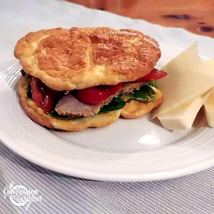 Sandwich keto sur assiette blanche avec fromage cheddar vieilli
