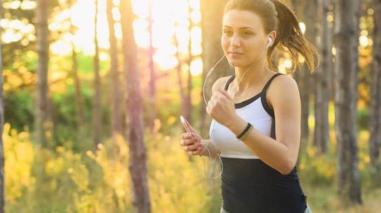 jeune femme qui jogge le matin, elle a sûrement cuisiné la sauce bbq maison du blog!