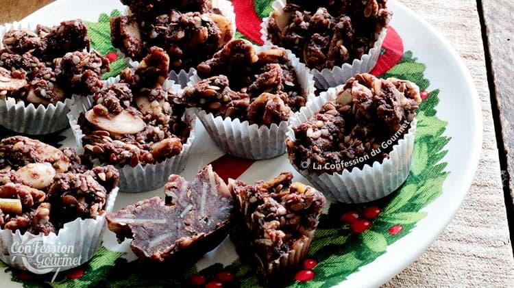 Bouchées aux graines de chanvre décortiquées sur une assiette au motif de Noël