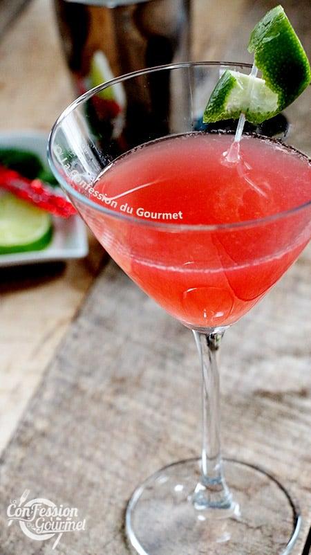 P¨hoto du verre martini rempli de cosmopolitan recette aux jus sur planche de bois