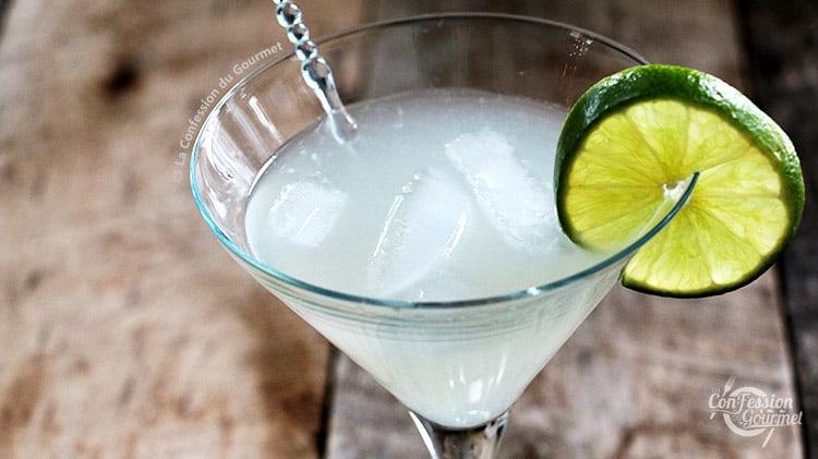 Verre à martini rempli de margarita keto faible en sucre et tranche de lime